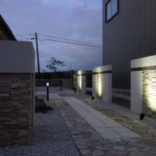 天然石の玄関アプローチ