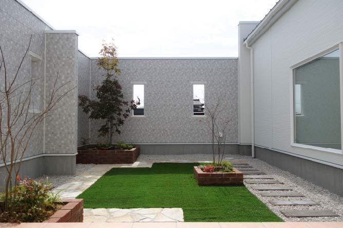 高い塀のお庭