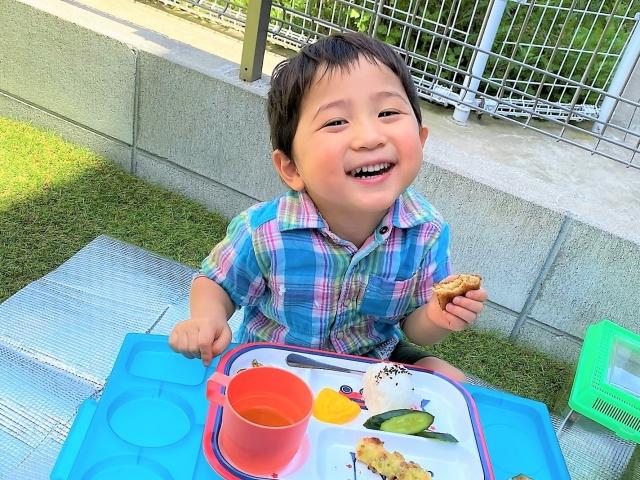 庭で笑顔の子供