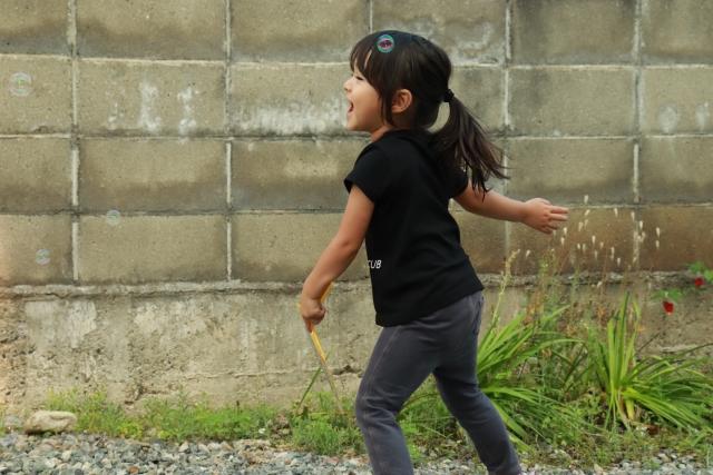庭で遊ぶ子供