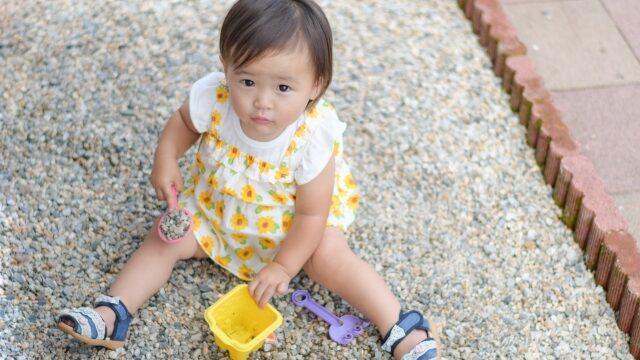 砂利で遊ぶ子供