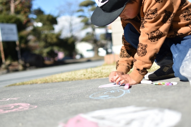 地面に落書きする子供