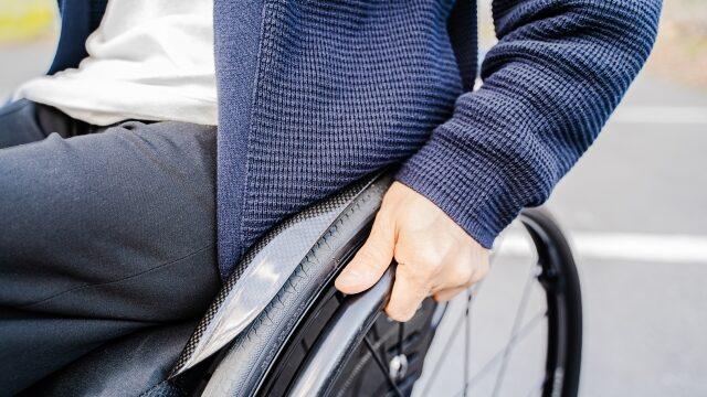 車椅子をおす男性